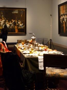 Interieur met prachtig gedekte tafel Gouden Eeuw