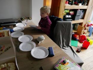 Sjoerd zet de bordjes klaar voor de taart